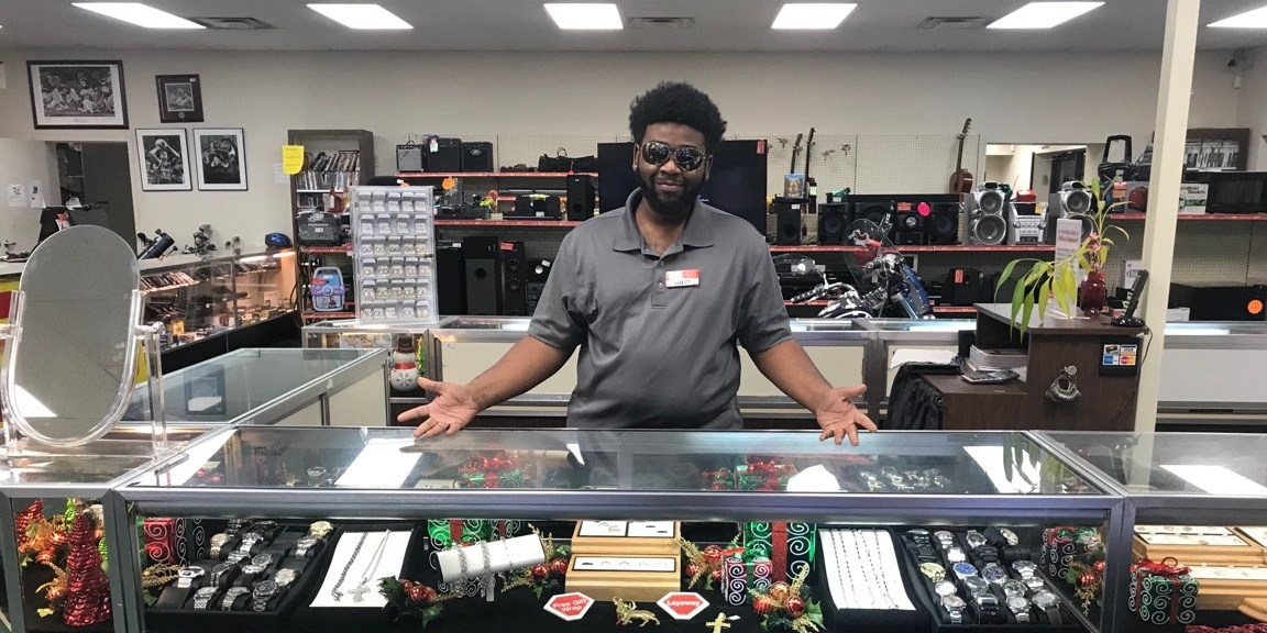 Quik-Pawn-broker-at-jewelry-counter