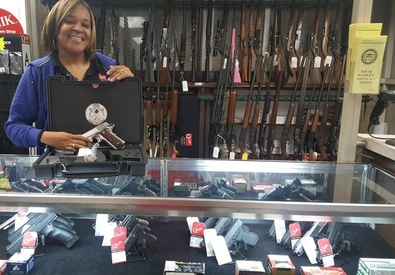 quikpawnshop-midfield-employee-with-guns